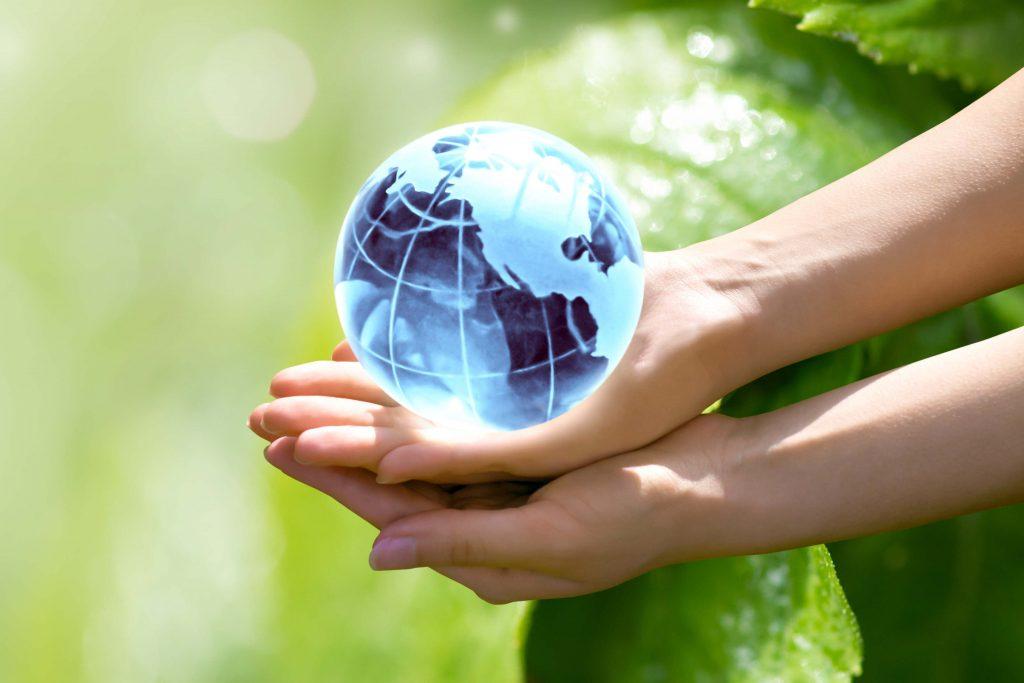 2 mains tenant un globe terrestre