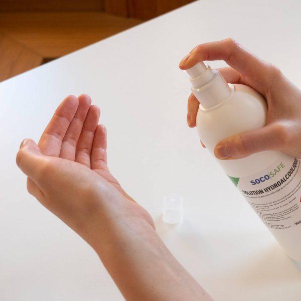 solution hydroalcoolique en spray de 500 ml en action