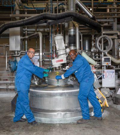 2 ouvriers ferment la cuve de mélange