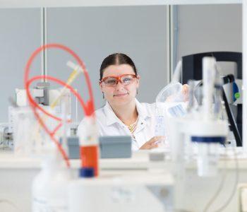 Une femme en R&D fait un test de chimie dans un laboratoire